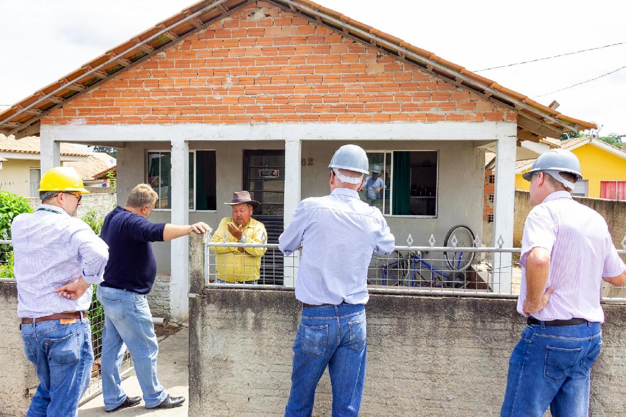 Engenheiros da Cohapar juntamente com equipe da Prefeitura vistoriaram casas do Conjunto Habitacional Vila Nova de Gaia
