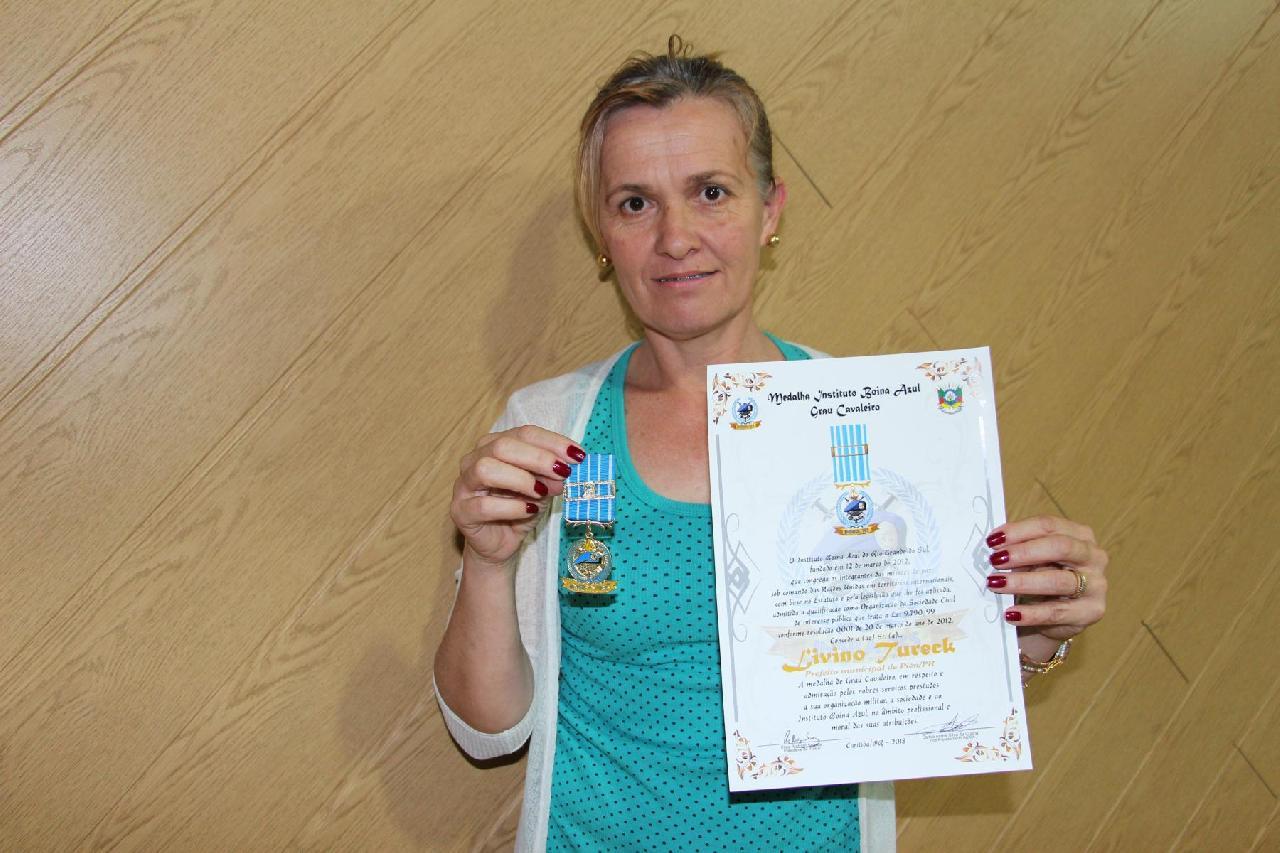 Livino Tureck recebe medalha do Instituto Boina Azul