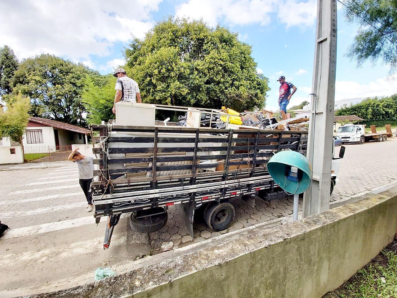 Materiais inservíveis para prefeitura geram recursos à entidades