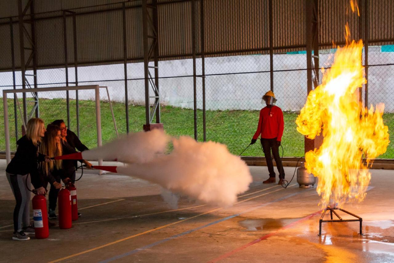 Servidores da rede pública municipal de ensino recebem treinamento contra princípio de incêndio